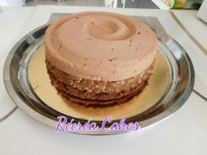 Montage du dessert : génoise + croustillant + mousse au chocolat